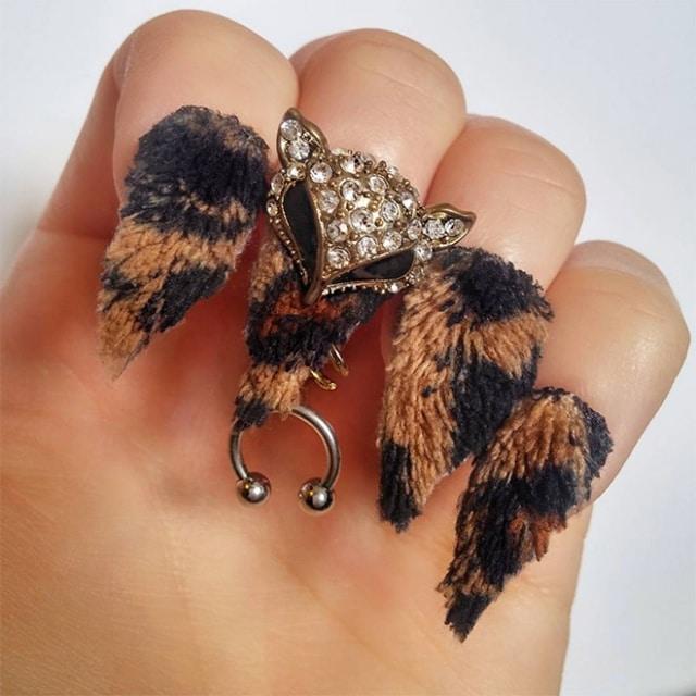 женская рука с меховыми ногтями