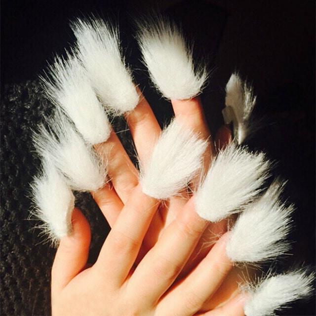 белые меховые ногти на женских руках