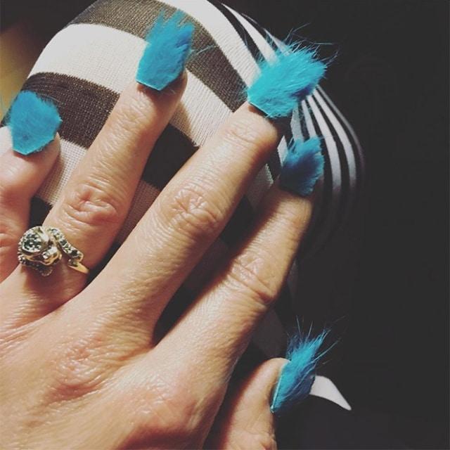 голубые меховые ногти