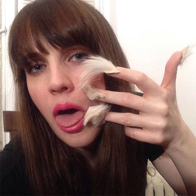брюнетка с меховыми ногтями