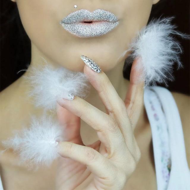девушка с белыми меховыми ногтями