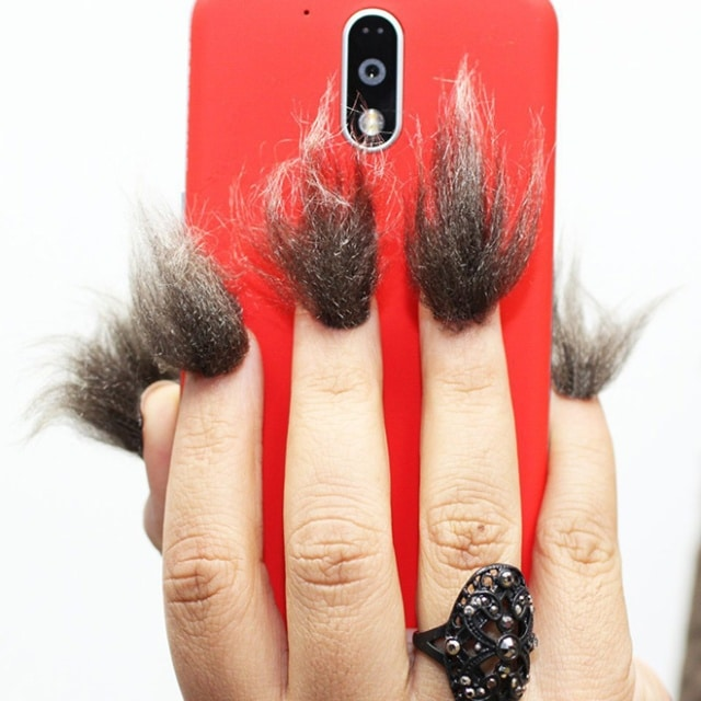 красный телефон в женской руке