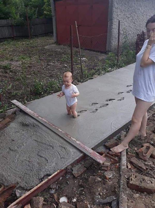 ребенок ступает по свежему цементу