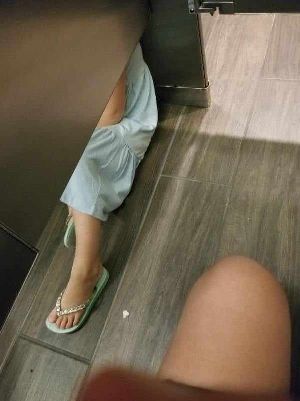 девочка сидит на полу в туалете