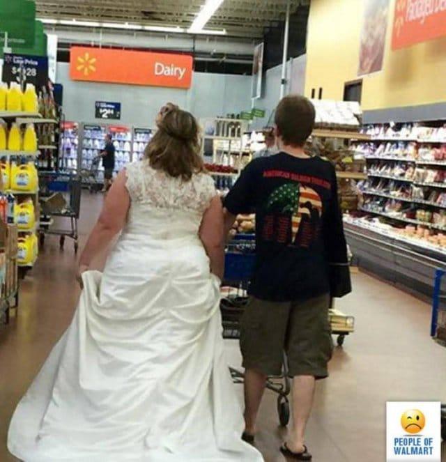 женщина в свадебном платье в волмарте