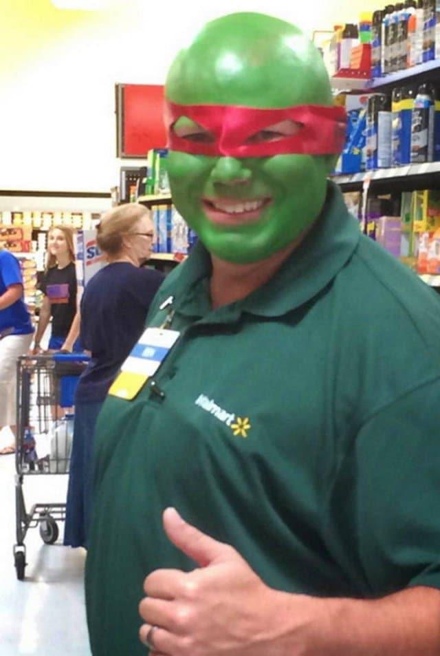 мужчина с зеленым лицом в красной повязке