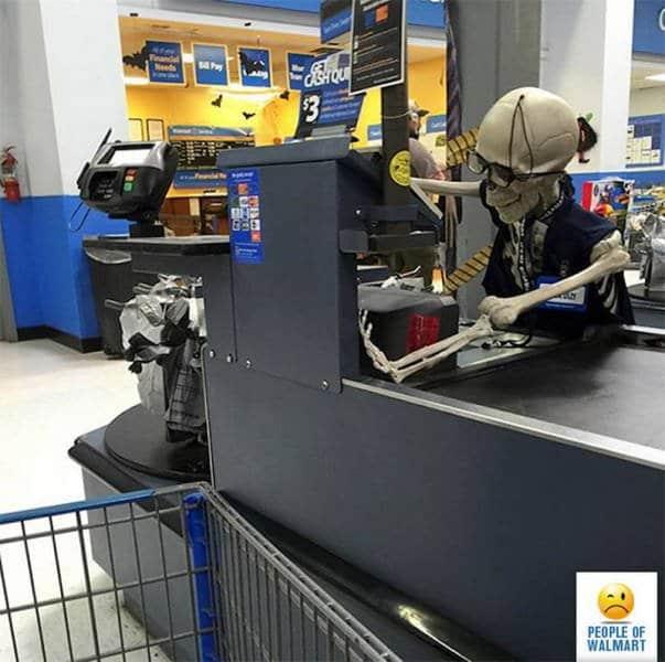 скелет на кассе супермаркета