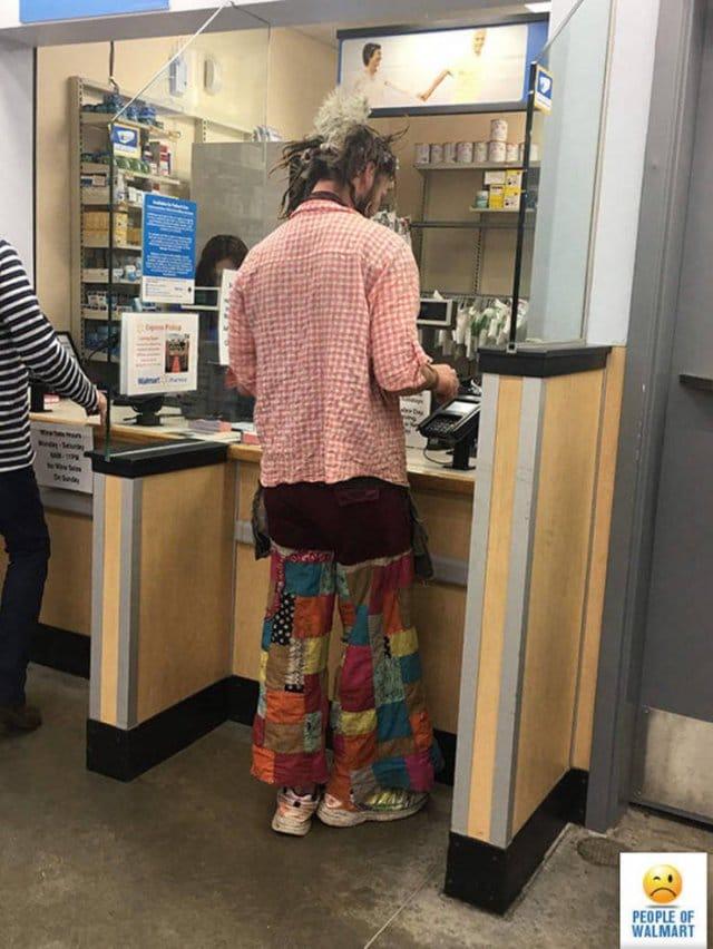 мужчина на кассе в супермаркете