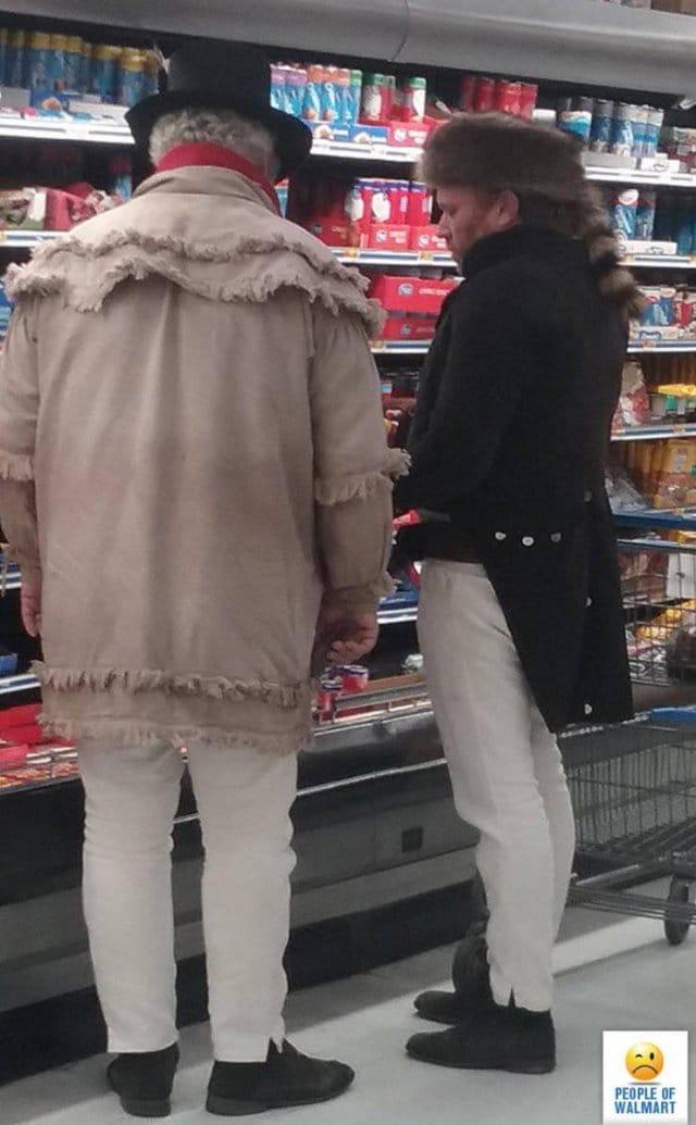 мужчины в супермаркете