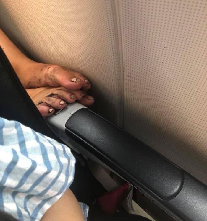 грязные ноги в самолете