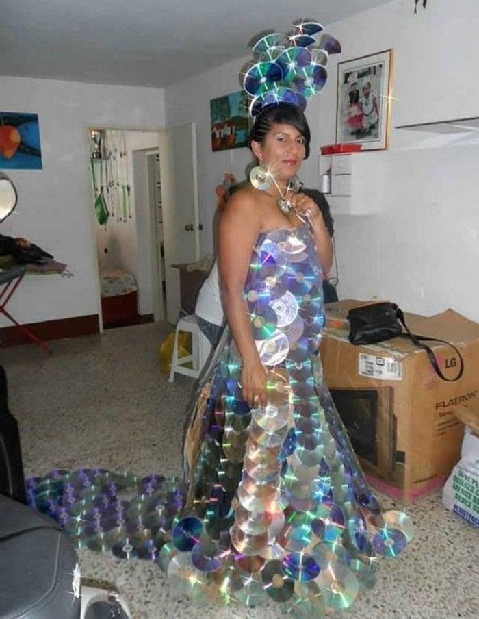 женщина в платье из дисков