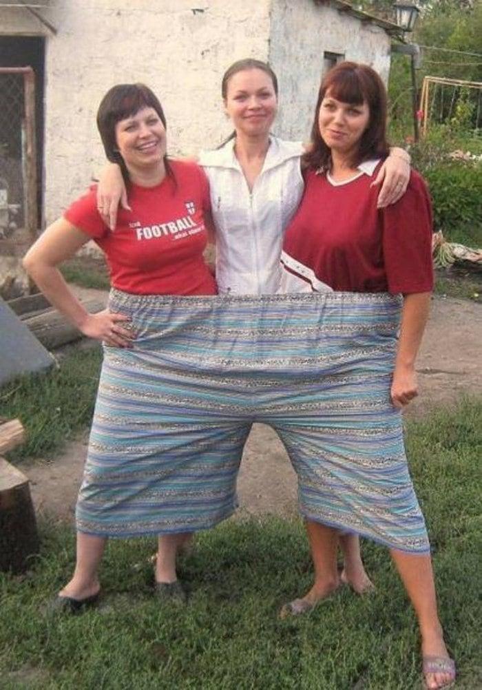 три женщины в одних штанах