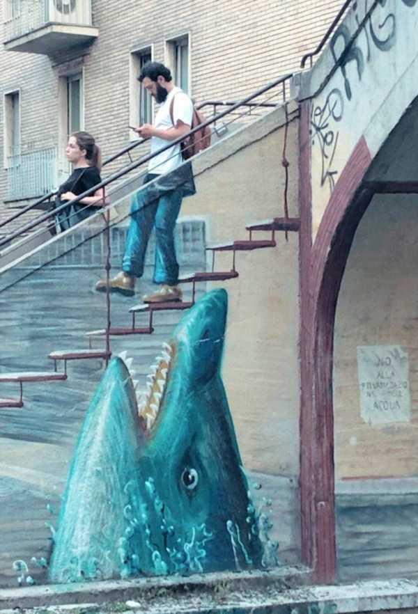 мужчина спускается по лестнице