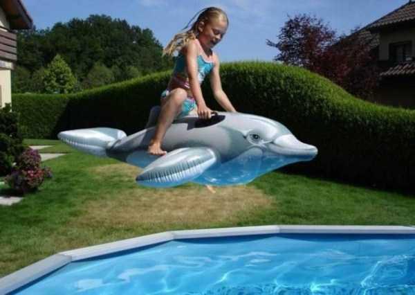 девочка прыгает в бассейн