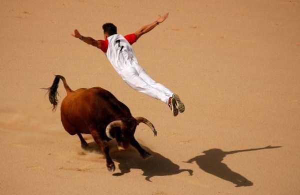 мужчина летит над быком