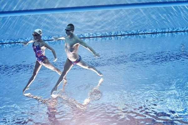 мужчина и женщина в бассейне