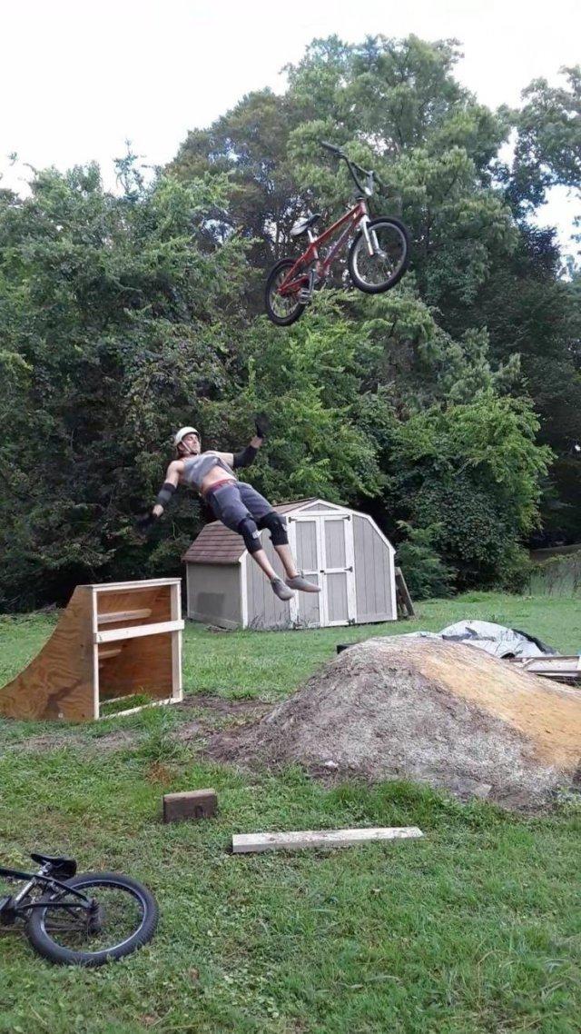 мужчина падает с велосипеда