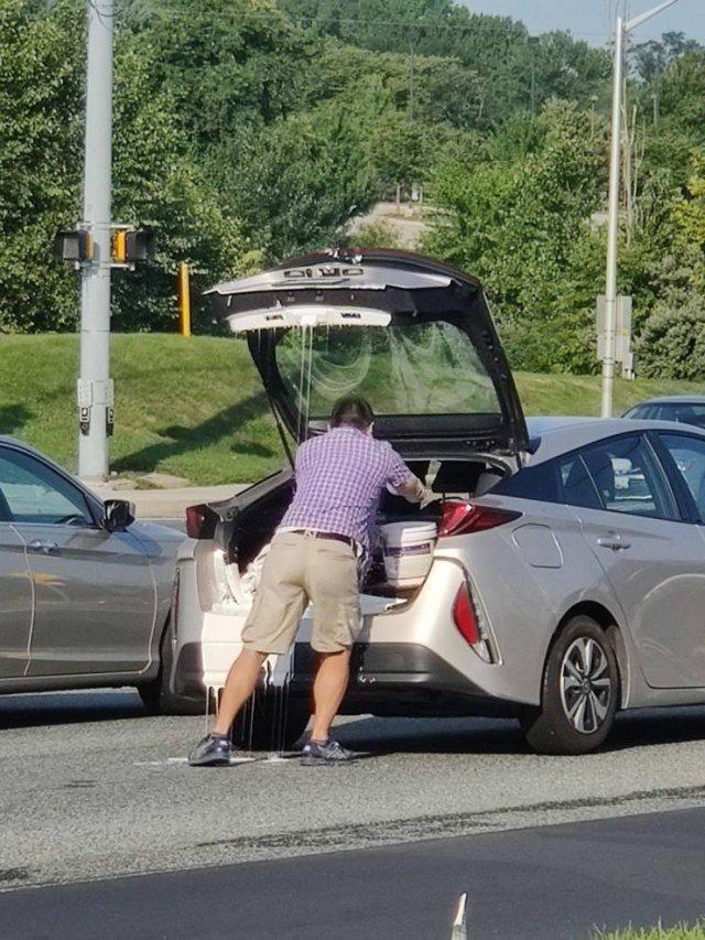 мужчина возле багажника авто