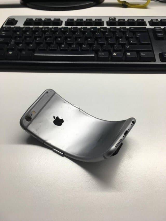 помятый iPhone