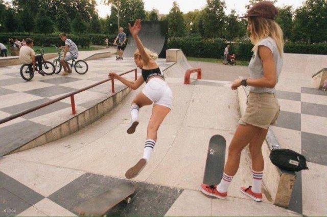 девушка падает со скейтборда