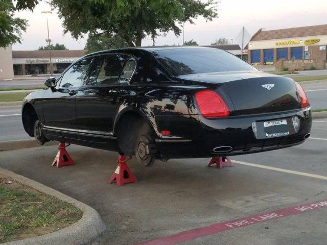 черная машина без колес
