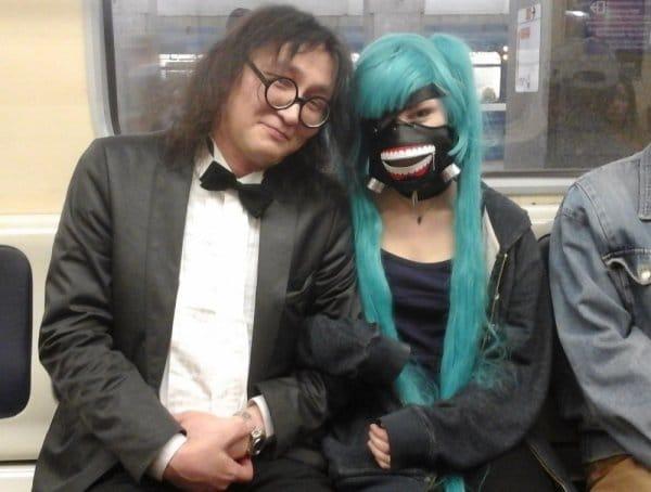 мужчина и девушка в метро