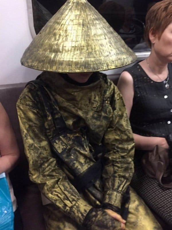 парень в шляпе в метро