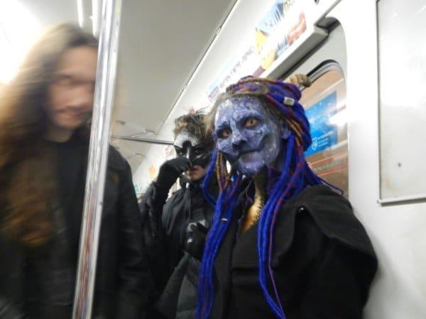 женщина с синим лицом в метро