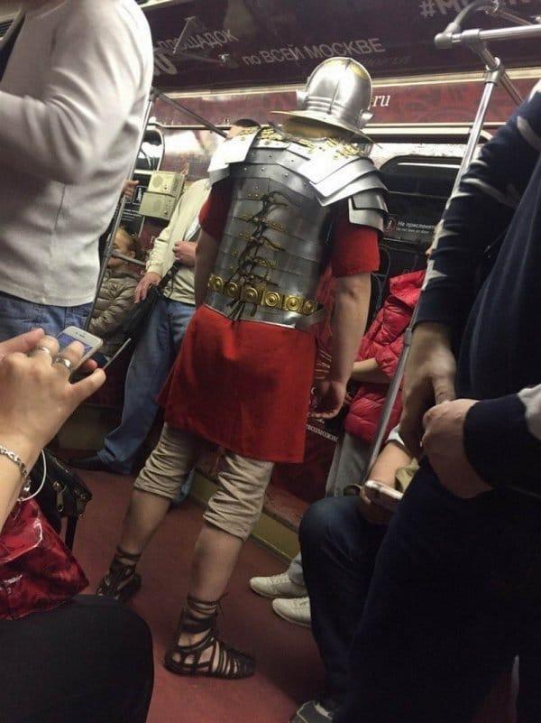 мужчина в доспехах в метро