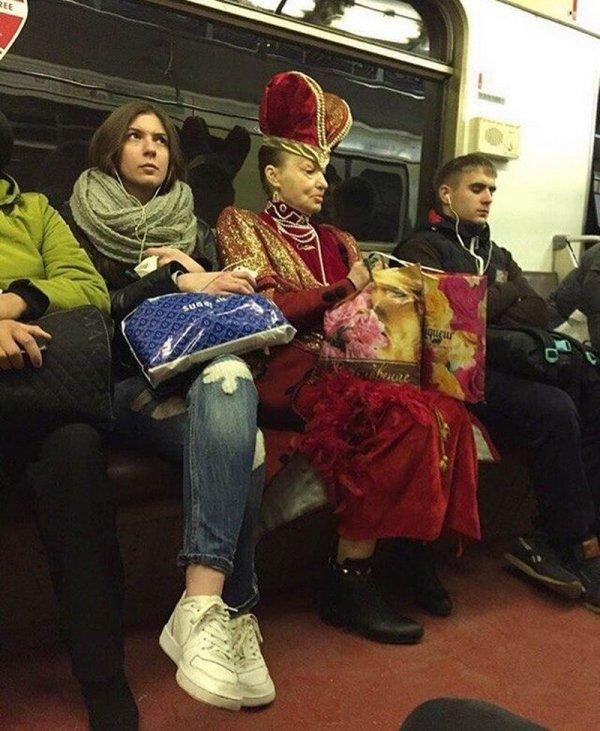 женщина в костюме королевы в метро