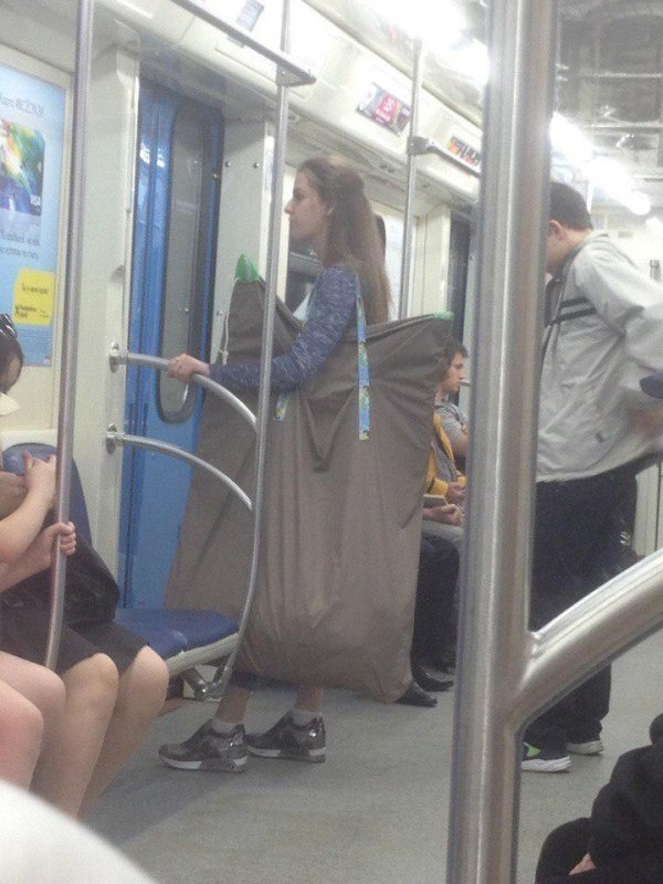 девушка с огромной сумкой в метро