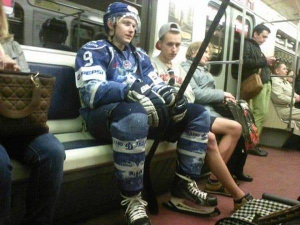 хоккеист в метро