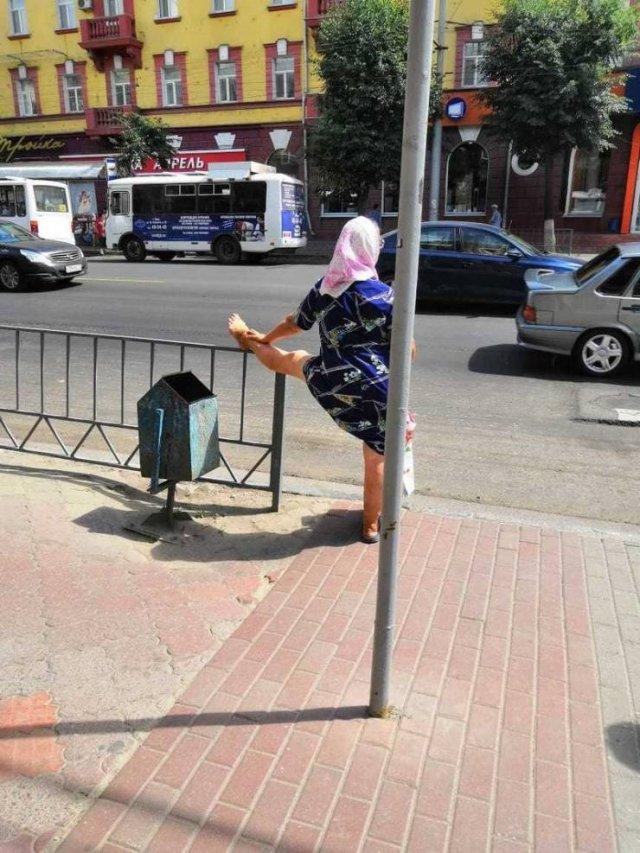 женщина в платке на перекрестке