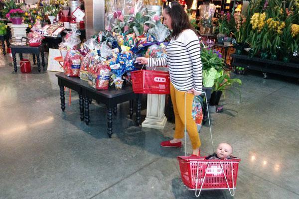 ребенок в корзине из супермаркета