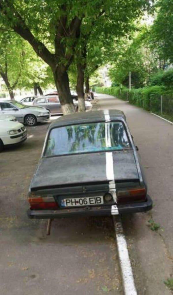 машина с белой полосой