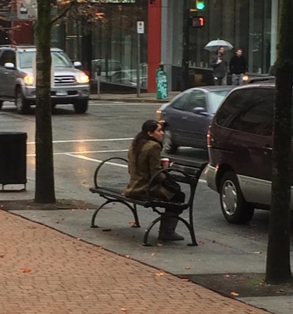 женщина сидит на скамейке