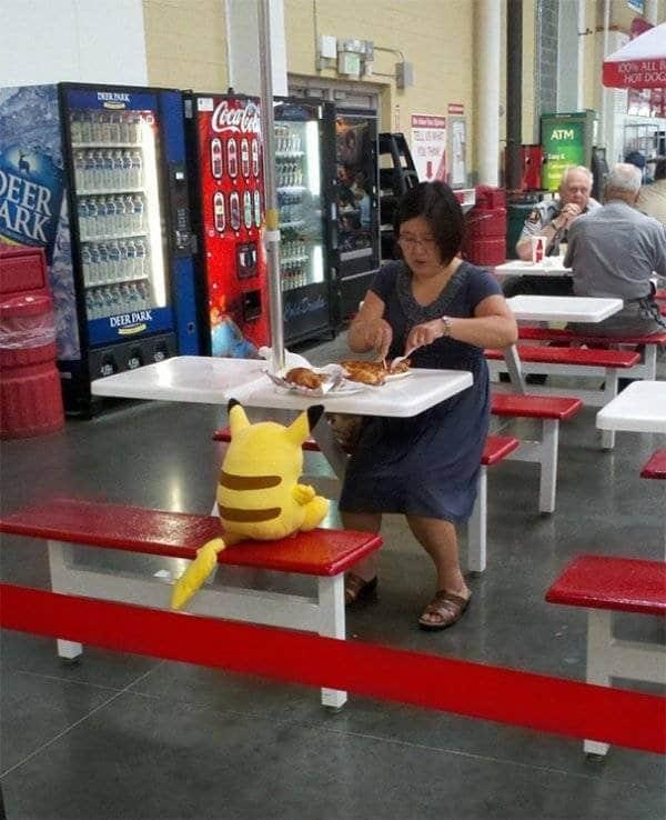 женщина за столом с пикачу