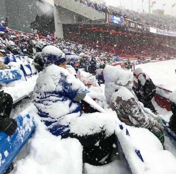 люди в снегу на стадионе