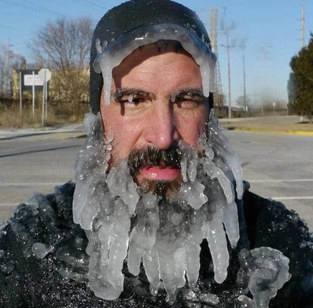 мужчина с сосульками на бороде