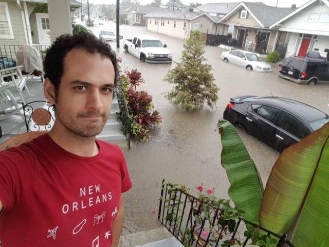 парень на фоне затопленной улицы