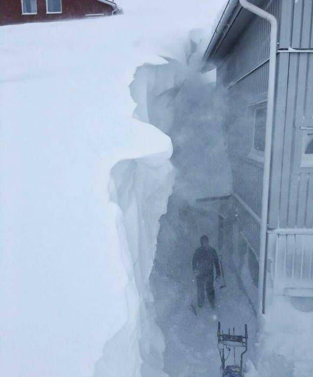 снег до крыши дома
