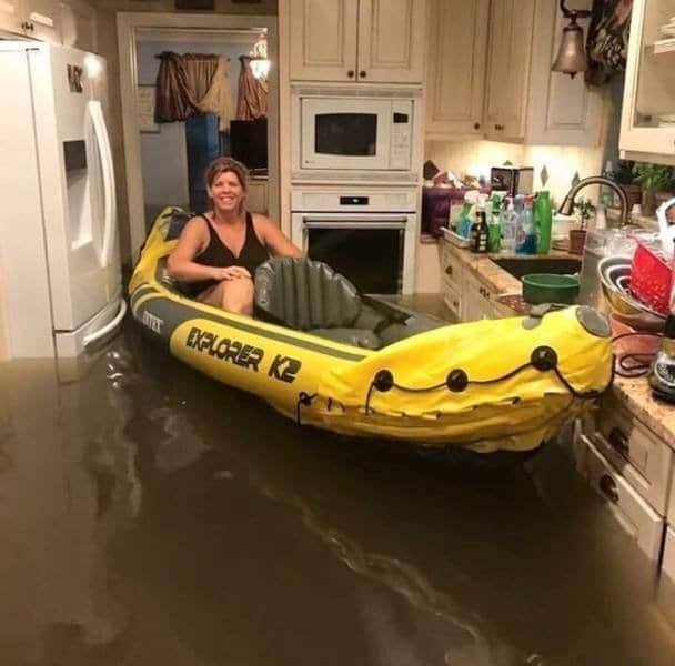 женщина на лодке в кухне