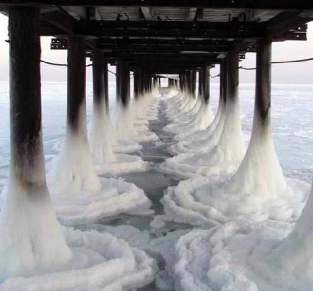 море замерзло под мостом