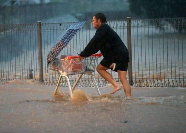 мужчина с зонтом и тележкой
