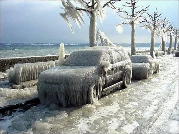машины покрытые льдом