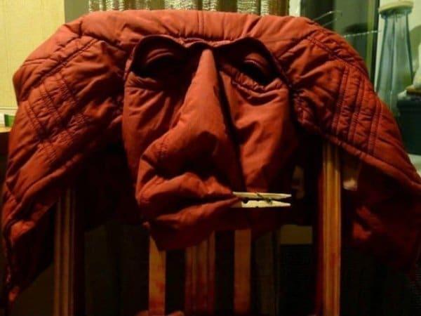 красная куртка на спинке стула