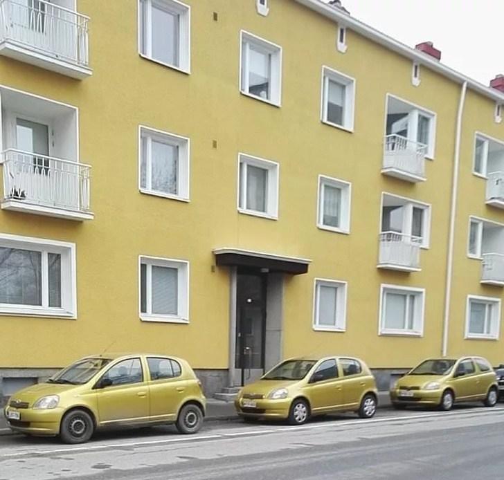 одинаковые машины у дома