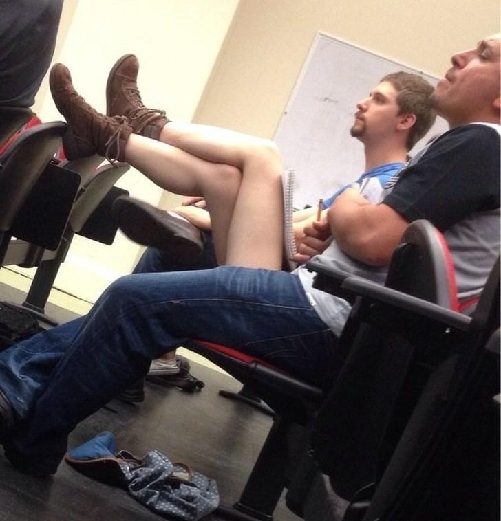 парни сидят на стульях