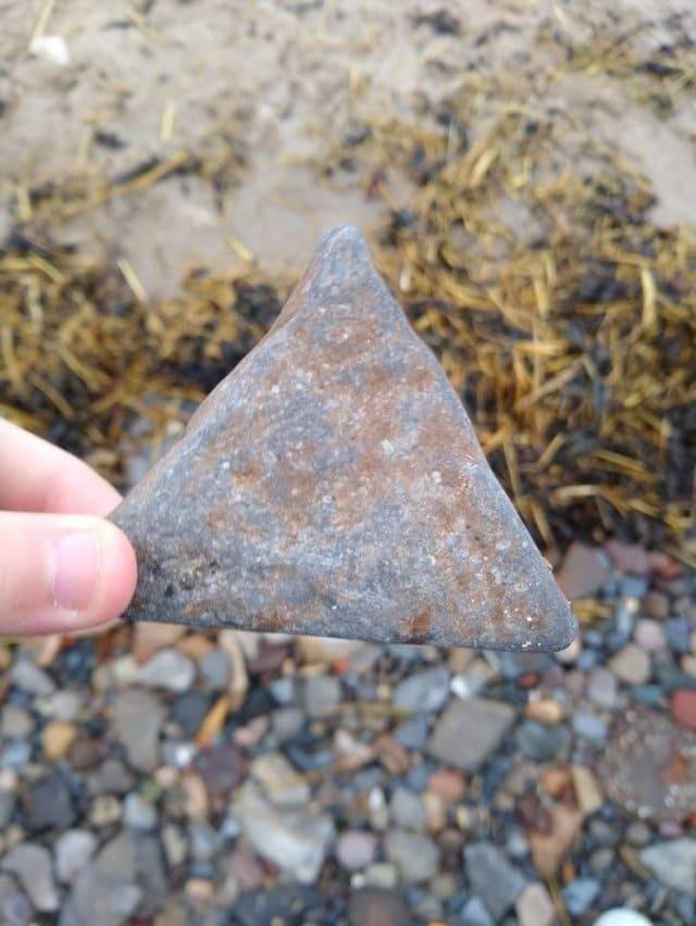 треугольный камень