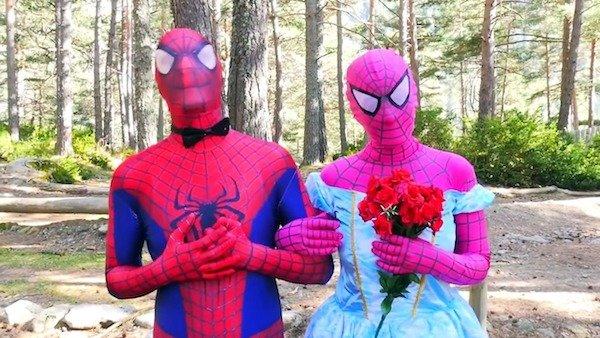 жених и невеста в костюме человека-паука